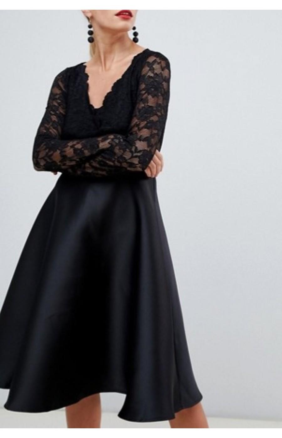 Μαύρο σατέν φόρεμα με δαντέλα στο επάνω μέρος.