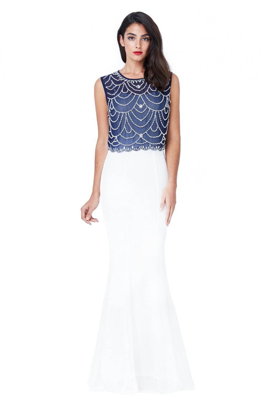 Μακρύ λευκό φόρεμά με κέντημα στο χερι